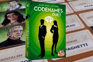 Lees meer over het artikel Codenames Duet review: zoek contact met je spionnen